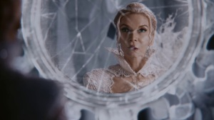 Once-Upon-a-Time-4x05-Breaking-Glass-Snow-Queen-looks-in-broken-mirror